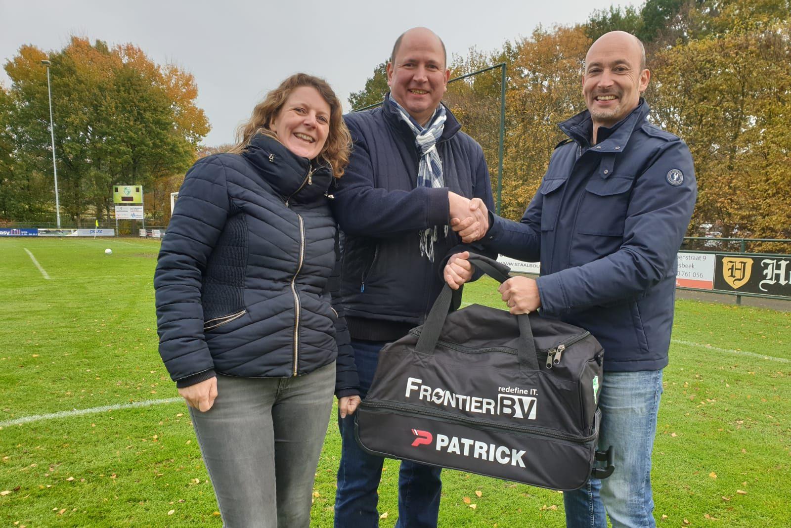 Frontier BV sponsort opnieuw de jeugd; ditmaal kledingtassen